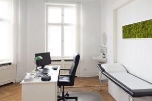 AeHP-Behandlungszimmer mit Liege und Moosbild